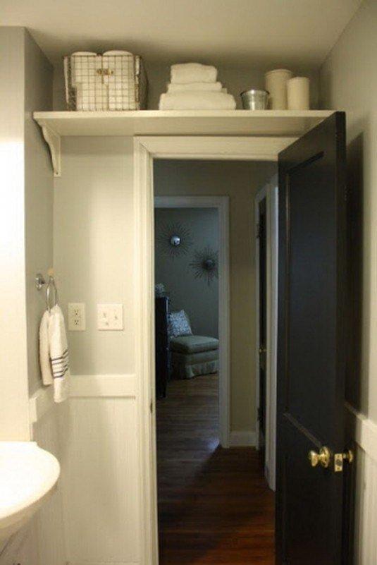 Полка над дверью в ванной
