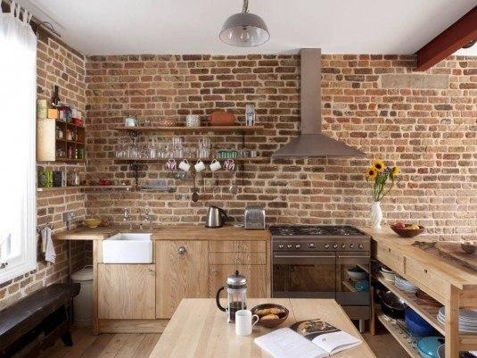 кухня в стиле прованс с кирпичной стеной