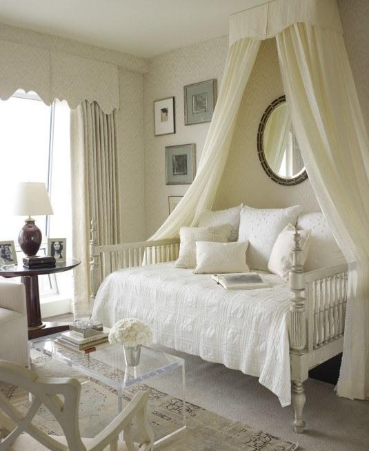 ліжка з балдахіном на стелі