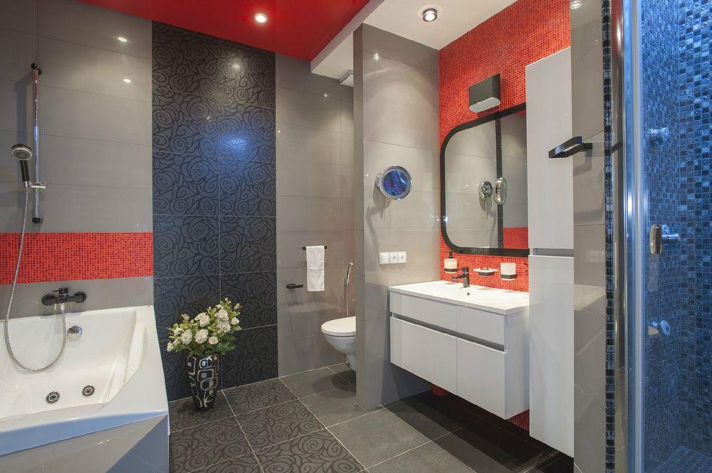 натяжной потолок красного цвета в дизайне ванной комнаты