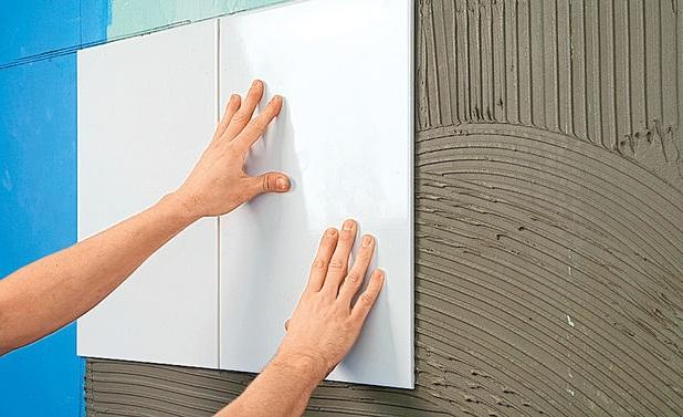 как класть плитку в ванной на стену