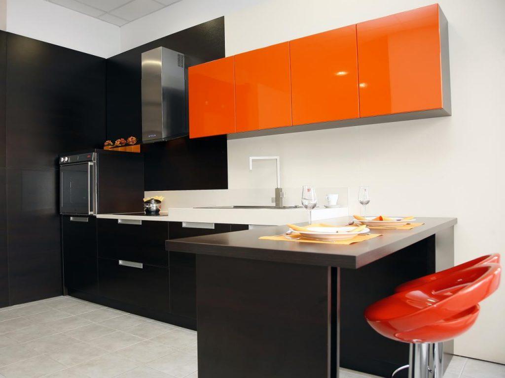 поєднання помаранчевого кольору в інтер'єрі кухні