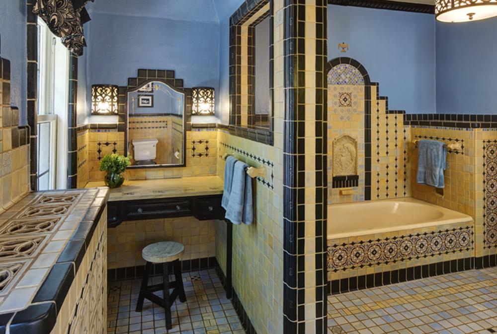 дизайн маленької ванної в жовтому кольорі
