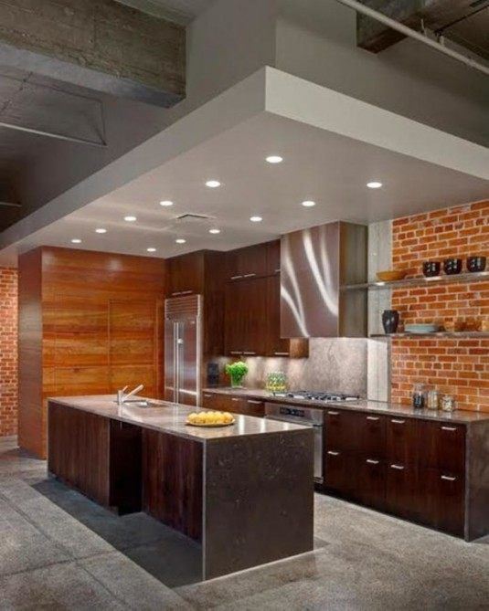 Кухня з цегляною стіною в квартирі
