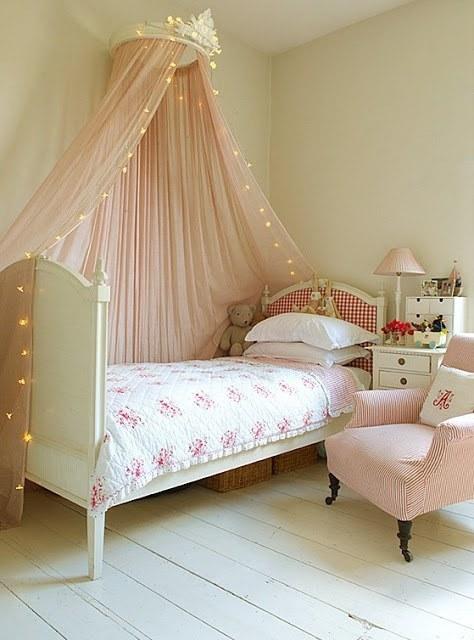 ліжка з балдахіном в інтер'єрі