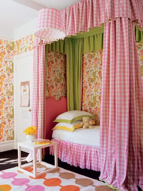 ліжко з балдахіном в інтер'єрі