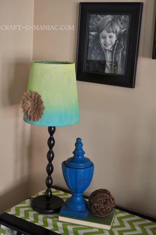 Настільна лампа з абажуром