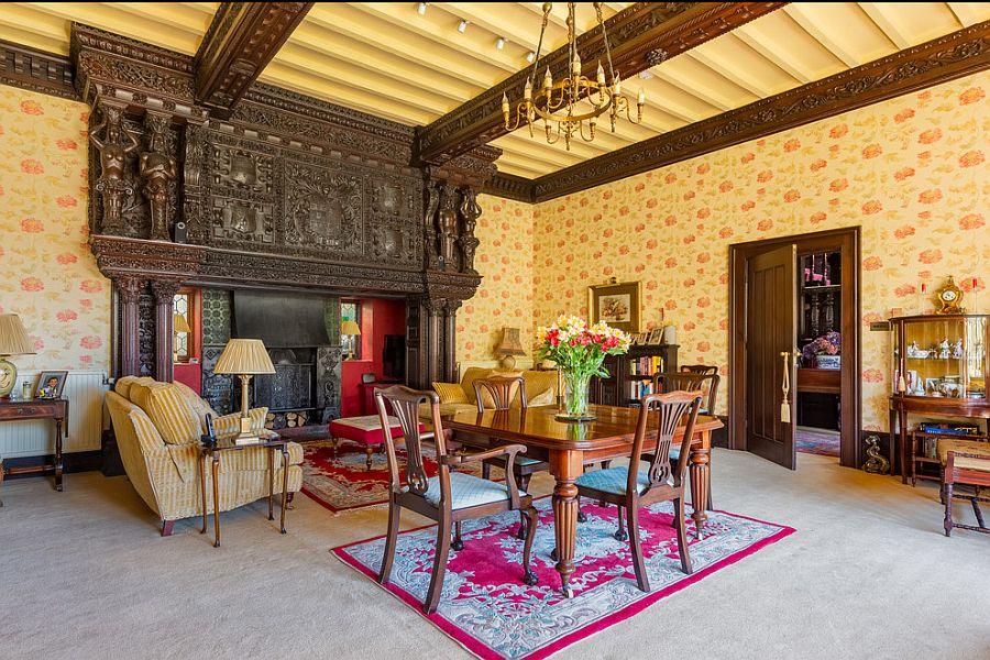 вітальня в класичному стилі з каміном
