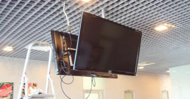 Як прикріпити телевізор до стелі