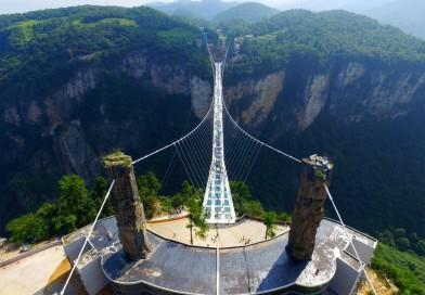 У світі найвищий і найдовший скляний міст відкрили в Китаї.
