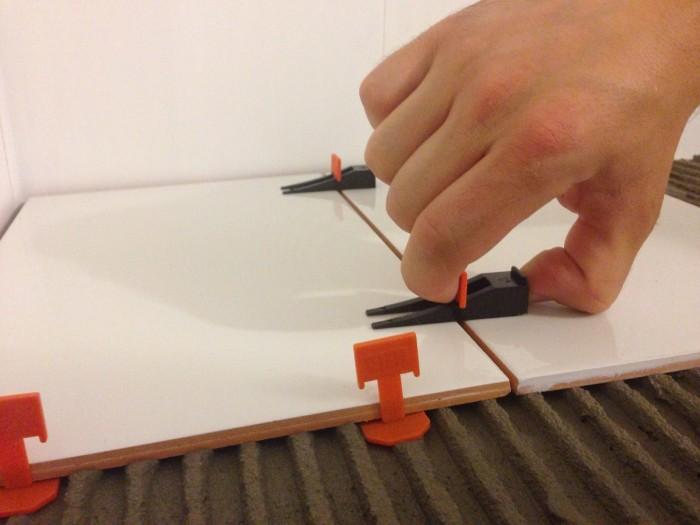 Система вирівнювання плитки для укладання
