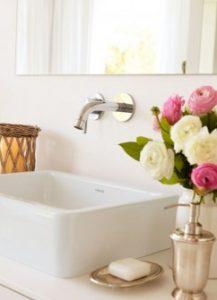 вузька ванна кімната з вікном дизайн фото