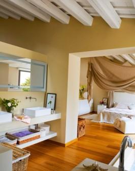 спальня з ванною кімнатою