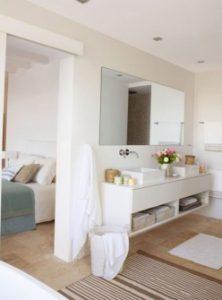 дизайн великої ванної кімнати з вікном фото