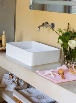 інтер'єр спальні з ванною кімнатою