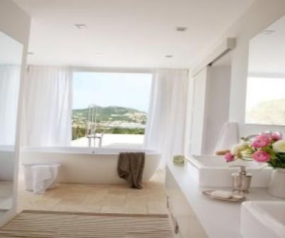дизайн інтер'єру ванної кімнати з вікном фото