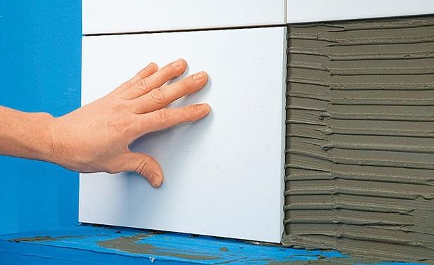 как положить плитку в ванной на стену
