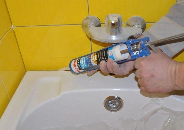 як закрити щілину між ванною і стіною герметиком