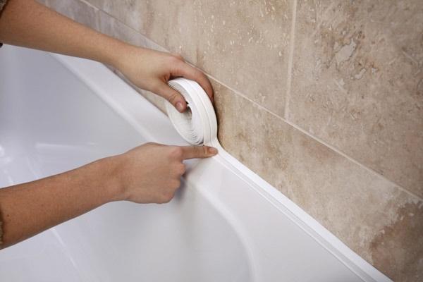 як закрити щілину між ванною і стіною фото