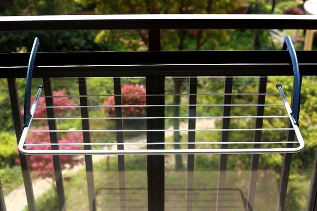 сушка для білизни на балконі