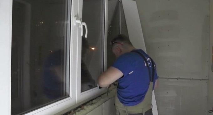 как закрепить подоконник на балконе