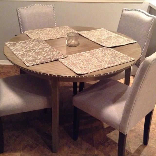 курглий дерев'яний стіл на кухні фото