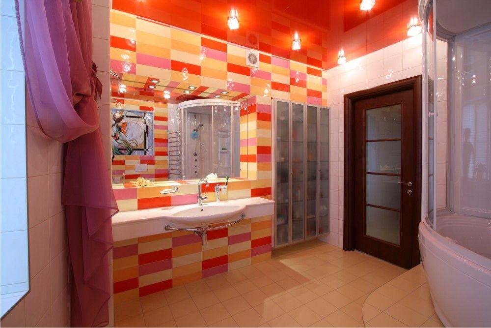червона натяжна стеля в інтер'єрі ванної