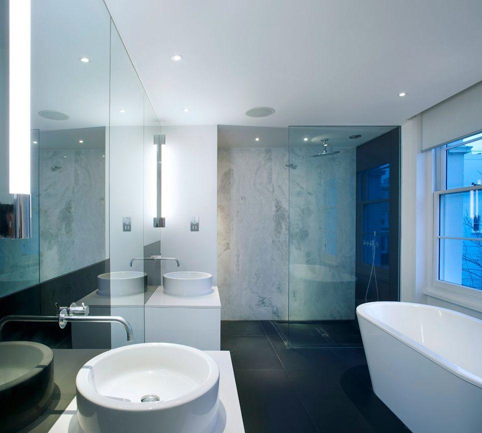 біла матова натяжна стеля у ванній фото