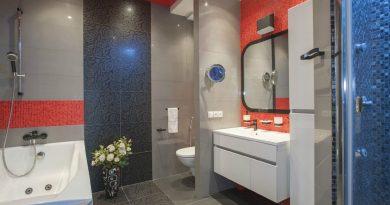 натяжна стеля червоного кольору в дизайні ванної кімнати