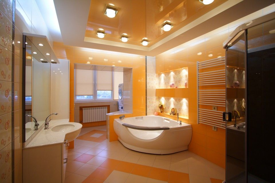 помаранчева натяжна стеля в дизайні ванної