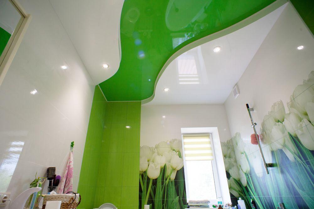 зелені натяжні стелі у ванній фото