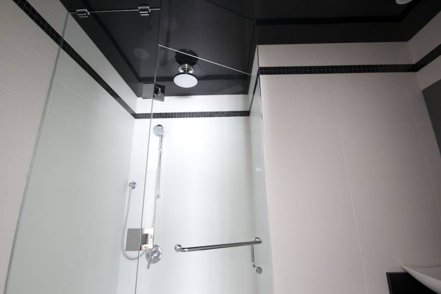 чорна натяжна стеля у ванній фото