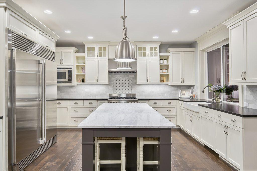 белая кухня деревянный пол