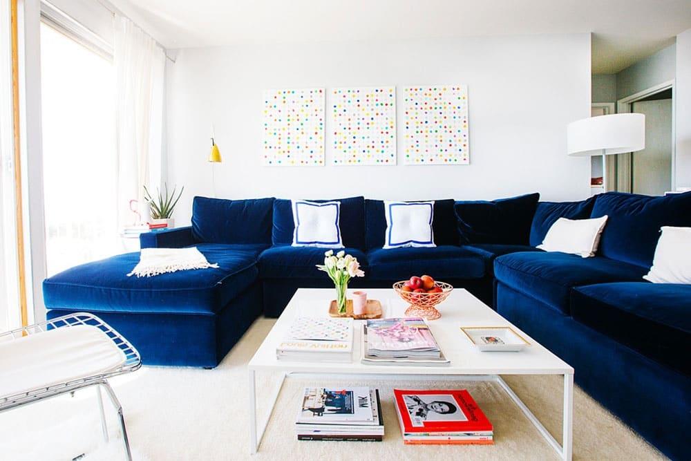 синій диван в вітальні фото